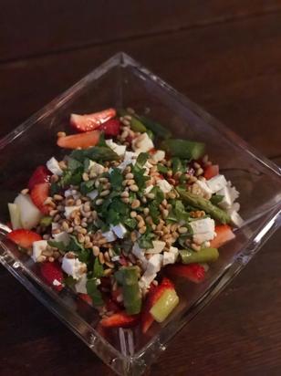 Erdbeeren-Spargel-Salat mit Feta und Pinienkerne